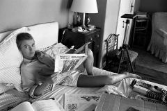 """Bob Willoughby (1927-2009) - Jean Seberg feuillette le journal au lit pendant le tournage du film """"Bonjour Tristesse"""" en France, 1957-sq"""